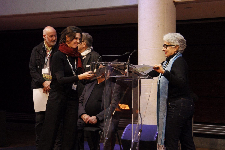 Anaïd Derebeyan, Vice-présidente de l'ADAGP remet les aides financières aux artistes primés • Jeanne Clauteaux-Rebillaud